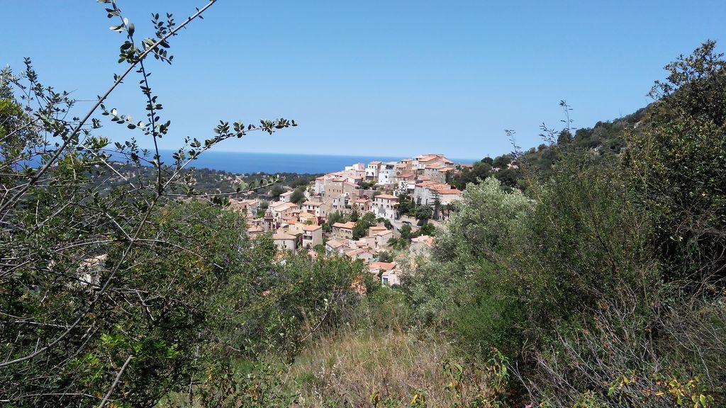 Ausblik zu einer Stadt auf Korsika