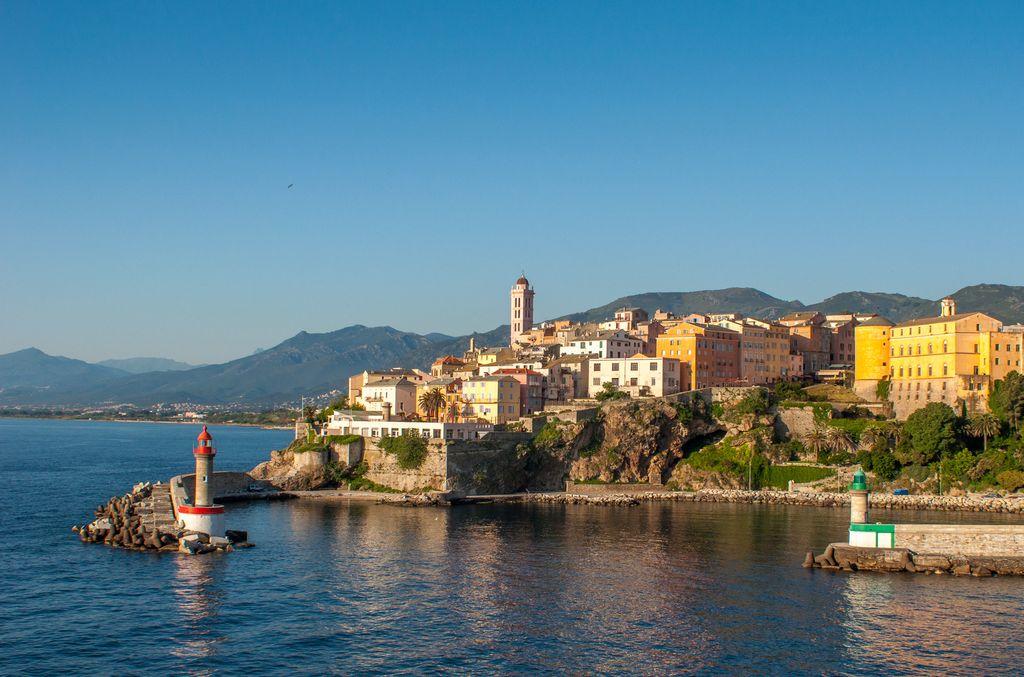 Korsika: Stadt an der Küste